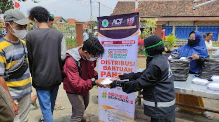 Operasi Pangan Gratis ACT Pekalongan Bagikan 50 Paket Beras dan Makanan