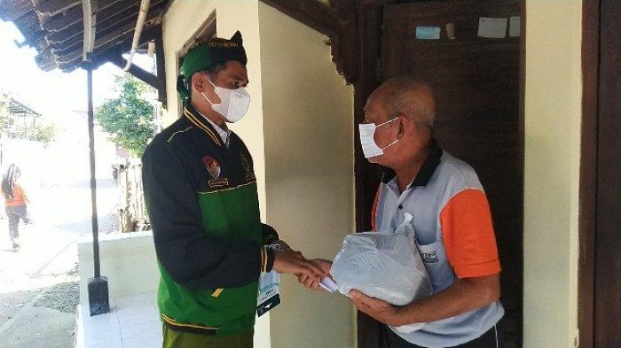 Ulwan Hakim Bagi Sembako dan Uang Tunai dari Gajinya Selama Dua Bulan