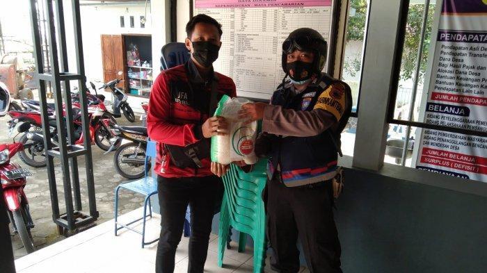 Polisi Distribusikan Beras Bantuan dari Mensesneg di Kabupaten Pati