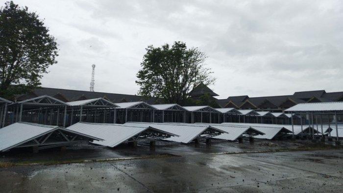 Belasan brak pasar darurat Weleri di Terminal Bahurekso Kendal roboh didiga terhempas angin kencang, Selasa (14/9/2021).