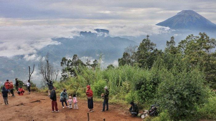 Sejumlah wisatawan menikmati pemandangan dari puncak Bukit Sikunir, Dieng, Wonosobo, Jateng, Minggu (26/92021).
