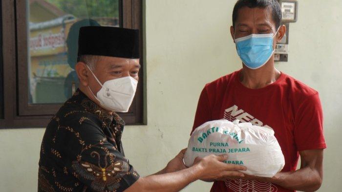 Bupati Jepara Bagikan 500 Paket Sembako kepada Warga Terdampak PPKM