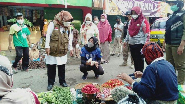 Launching 'Jumat Berkah', Bupati Tegal Belanja Sendiri di Pasar Tradisional, Umi: Intinya . . .