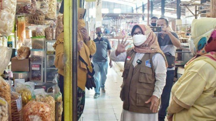 Sembari Pantau Prokes di Pasar Tadisional, Bupati Tegal Umi Azizah Borong Kerupuk di Trayeman