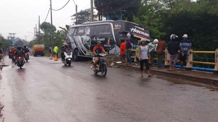 Bus PO Haryanto Oleng Lalu Tabrak Jembatan di Pekalongan