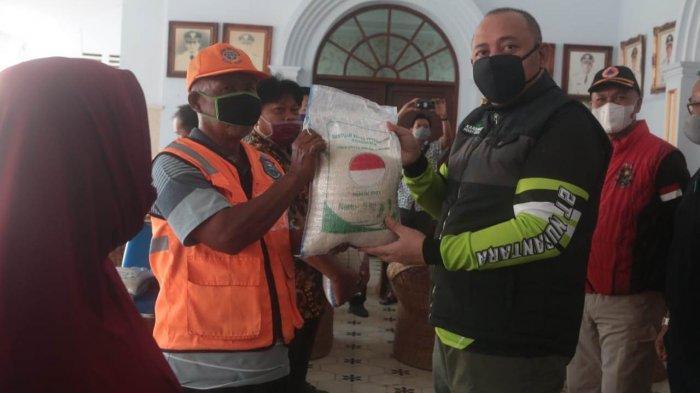 Dedy Yon Serahkan Bantuan Beras kepada 11.708 KK Terdampak PPKM di Tegal