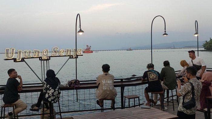 Ujung Senja, Tempat Menikmati Panorma Laut dari Balik Bukit Sembari Bersantai di Batang