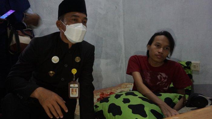 Hari Ardy Himawan difabel asal Limpung, bersama Bupati Batang Wihaji, seusai menunjukkan progres codingannya, Kamis (9/9/2021).