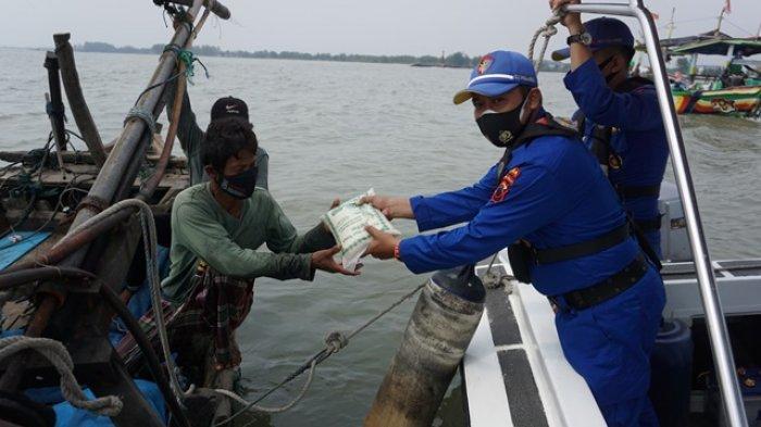 Anggota Polairud Polda Jateng Bagikan Bantuan Sembako untuk Nelayan di Pekalongan