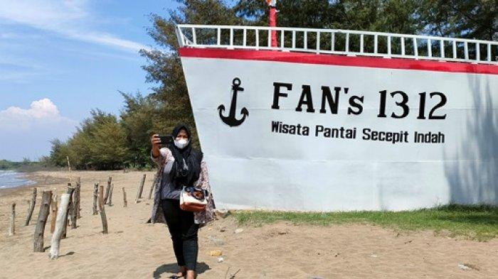 Replika Kapal Pesiar Jadi Ikon Daya Tarik Wisata Pantai Sicepit Batang