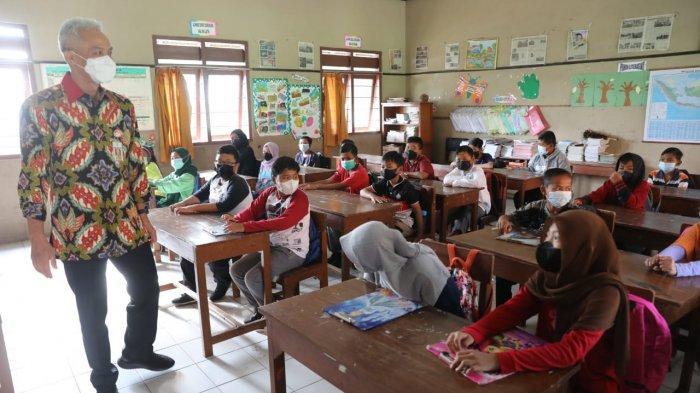 Tiara Dapat Hadiah Laptop karena Mampu Jawab Pertanyaan Gubernur Jateng Ganjar Pranowo