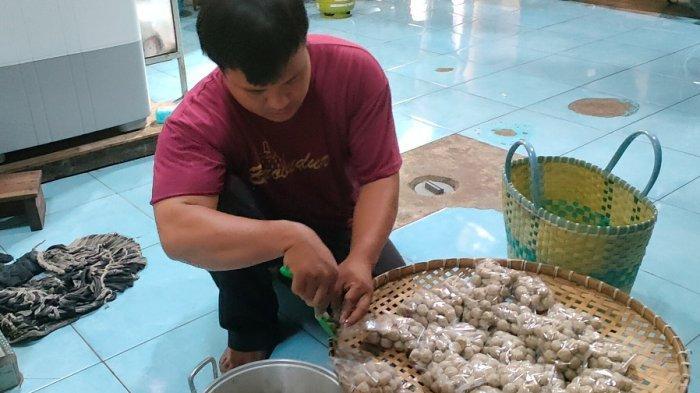 Potret Guru Swasta di Batang Bertahan Hidup, Jadi Badut Panggilan hingga Jualan Pentol Online