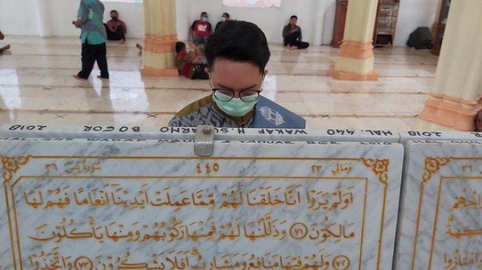 Indahnya Al Quran yang Diukir di Batu Marmer di Kabupaten Pekalongan