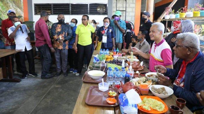 Warga Mimika bercengkrama hangat dengan Gubernur Jawa Tengah, Ganjar Pranowo di warung makan Teras Timika, Selasa (5/10/2021).