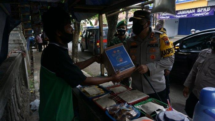 AKBP Edwin Louis Sengka Pimpin Anggotanya Bagikan Ratusan Sembako untuk Pedagang Angkringan