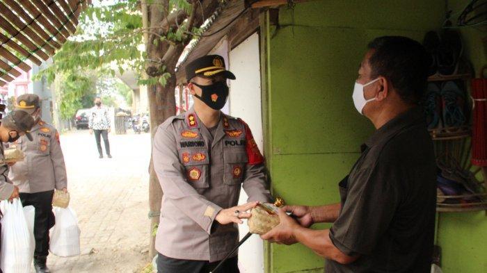 AKBP Warsono Dor to Dor Bagikan 388 Bungkus Daging Hewan Kurban