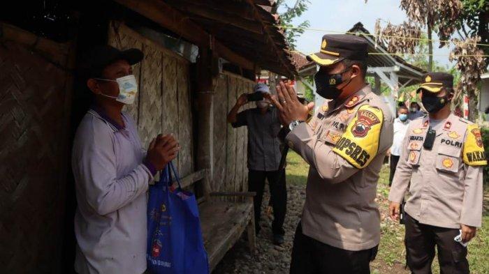 Kapolres Pemalang AKBP Ronny Tri Prasetyo Nugroho, door to door, mendatangi rumah warga mengajak masyarakat untuk ikut vaksinasi, sembari memberikan bantuan sembako di Desa Banjarmulya, Kabupaten Pemalang.