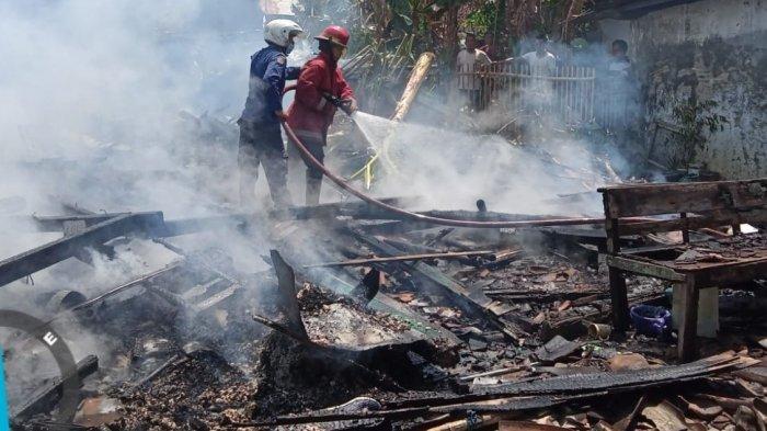 Petugas pemadam kebakaran (Damkar) Kendal memadamkan api yang membakar dua rumah di Cepiring, Kendal, Jumat (10/9/2021).