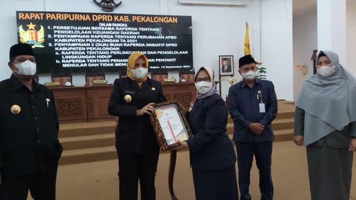 DPRD Kabupaten Pekalongan Serahkan Draf Perda Pengelolaan Keuangan Daerah ke Bupati Fadia