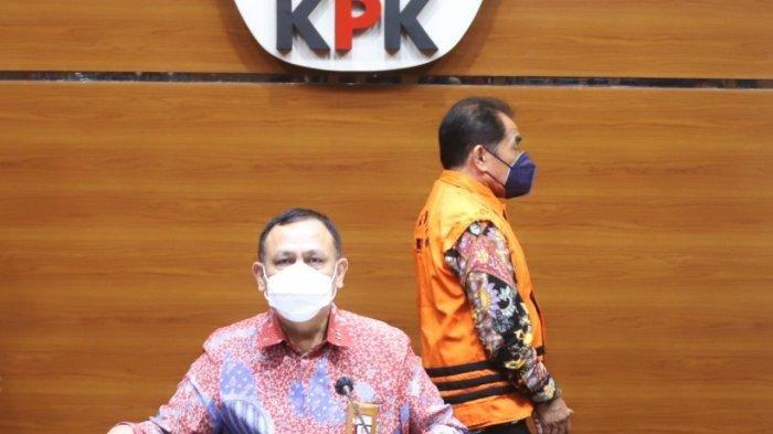 Ketua KPK Firli Bahuri, membeberkan kasus dugaan korupsi yang menjerat Bupati Banjarnegara, Budhi Sarwono (rompi orange).