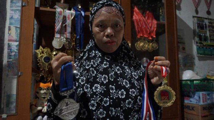 Ibunda Kiki, Kuat Susanti, menunjukkan sejumlah medali yang pernah diraih anaknya sebagai atlet panjat tebing.