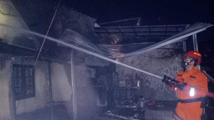 Dua Unit Truk Pemadam Kebakaran Dikerahkan Padamkan Api yang Membakar Rumah di Kota Pekalongan