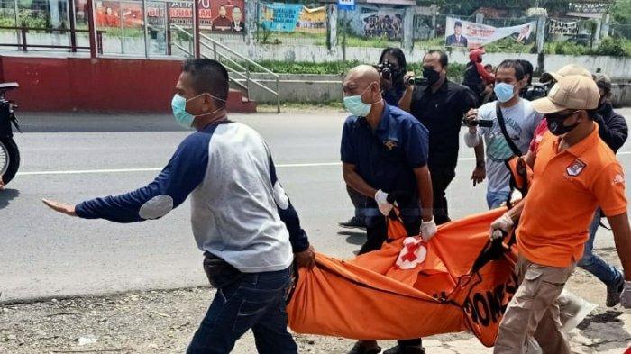Petugas kepolisian mengevakuasi mayat wanita muda, Kamis (11/2/2021). Jasad wanita muda tersebut diduga korban pembunuhan.