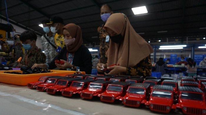 Sejumlah pekerja sedang menyelesaikan proses produksi miniatur mobil di PT Wanho Industries Indonesia, Banyuputih, Kabupaten Batang, Jawa Tengah, Kamis (10/6/2021). Porduk diecast tersebut diekspor ke berbagai negara, di antaranya Amerika Serika dan China.