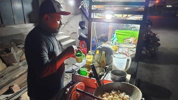 Sedapnya Nasi Goreng yang Dimasak Pakai Bara Arang