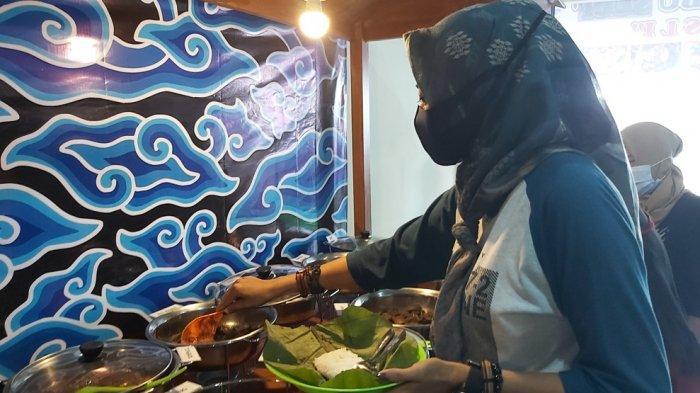 Seorang pelanggan sedang mengambil menu lauk di Nasi Jamblang Ibu Sami di Jalan Kapten Sudibyo Kota Tegal.