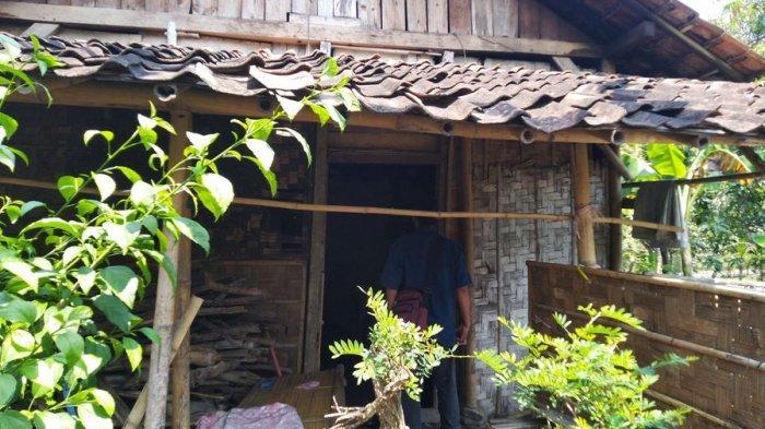 Warga melihat kondisi rumah nenek Romsih yang tinggal di Dusun Bengkelo, Desa Banyuurip, Kecamatan Ngampel, KabupatenKendal. Nenek Romsih ditemukan meninggal di halaman milik warga, Rabu (12/5/2021).