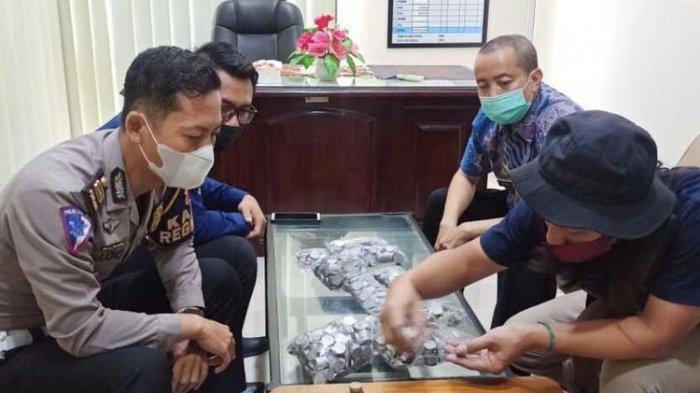 Pedagang Mainan Bawa Sekarung Uang Koin ke Samsat untuk Bayar Pajak