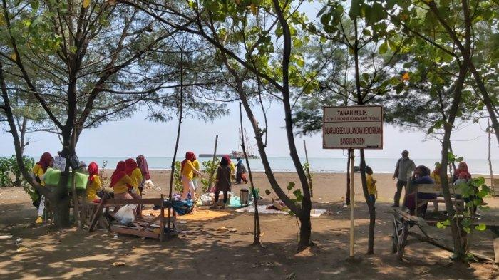 Masyarakat memadati tempat wisata pantai liar yang berada di sebelah Objek Wisata Pantai Alam Indah (PAI), Kota Tegal, Kamis (19/8/2021).