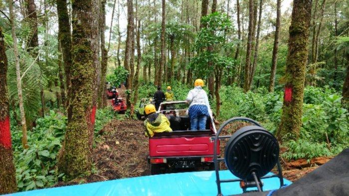 Sejumlah kendaraan off road melintasi medan perbukitan dan hutan pinus di Kecamatan Bawang, dalam acara fun off road Pemkab Batang bersama Kalingga Adventure, Sabtu (12/12/2020).