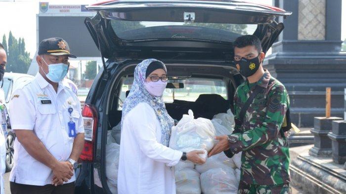 Pemkab Beri Bantuan Paket Sembako ke Warga Batang yang Sedang Isoman