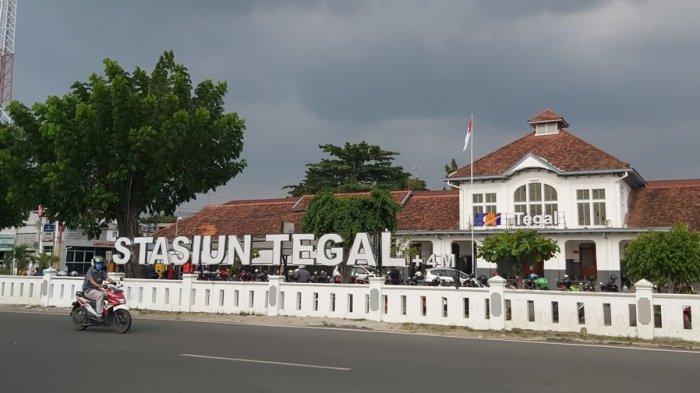Pangendara melintas di depan Stasiun Tegal, Senin (4/10/2021).
