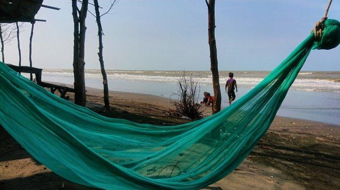 Pengunjung bermain di Pantai Blendung, yeng terletak di Desa Blendung, Kecamatan Ulujami, Kabupaten Pemalang, Jumat (8/4/2021). Pantai Blendung adalah keindahan tersembunyi di Pemalang.
