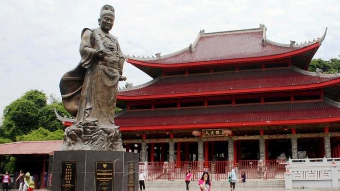 Patung Laksamana Cheng Ho yang berada di Kelenteng Sam Poo Kong.