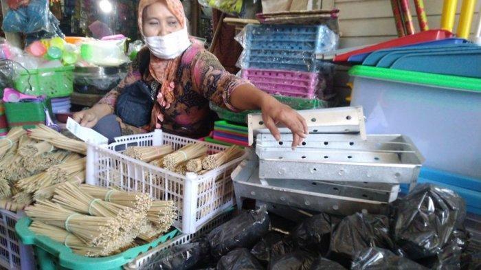 Pedagang Mengeluh Tusuk Sate dan Arang di Kendal Sepi Peminat, Wartiyah: Turun 50 Persen