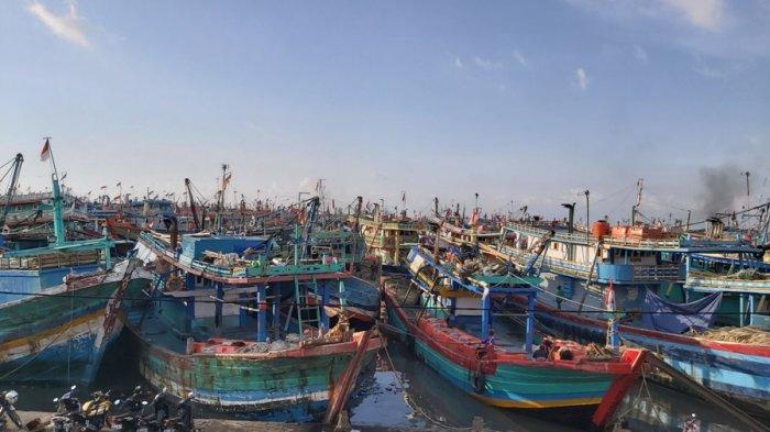 Ratusan kapal perikanan menumpuk di Pelabuhan Perikanan Pantai (PPP) Tegalsari, Kota Tegal, Jumat (28/5/2021). Pelabuhan tersebut dinilai sudah tidak memadai dan over kapasitas, lantaran sejak dibangun pada era Presiden Megawati hingga kini tak ada perubahan atau peningkatan kapasitas.