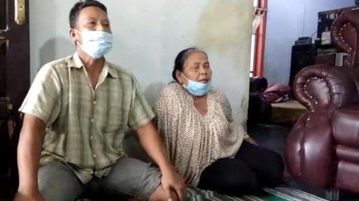 Keluarga korban, Ananda Rahel Pratama yang meninggal dunia setelah divaksin di SMAN 1 Kencong, Jember, Jatim.