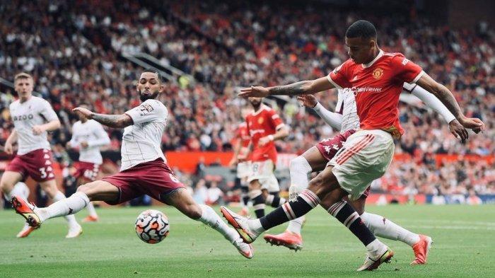 Pemain Manchester United, Mason Greenwood, melepaskan tembakan di tengah kepungan para pemain Aston Villa, dalam pertandingan lanjutan Liga Inggris, Sabtu (25/9/2021). Laga Machester United vs Aston Villa ini berakhir dengan skor 0-1 untuk kemenangan tim tamu.