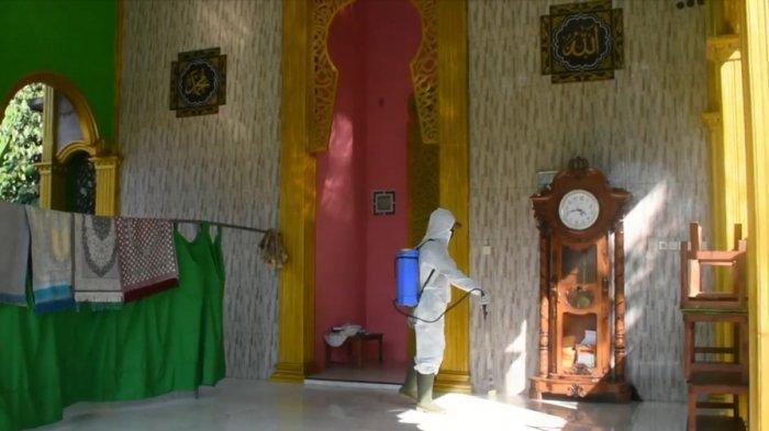 Jelang Iduladha, Pemdes Margomulyo Kendal Semprot Desinfektan Rumah Warga, Masjid dan Musala