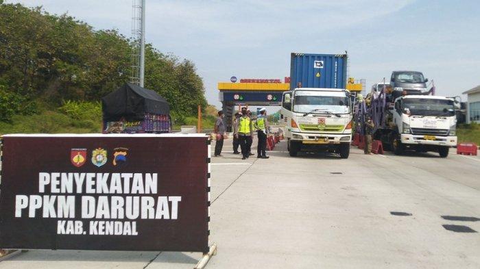 Hari Pertama Penyekatan Exit Tol Kaliwungu Kendal, Petugas Putar Balik Puluhan Truk dan Bus