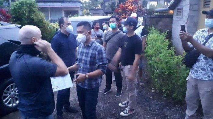 Petugas Kemenkumham Bali dan polisi saat mendatangi AB di Gianyar.