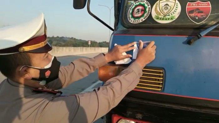 Truk yang Melintas di Exit Tol Kaliwungu dan Weleri Kendal Dipasang Stiker Esensial dan Critical