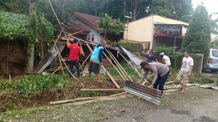 Rumah Warga di Kutasari Purbalingga Tertimpa Pohon Tumbang