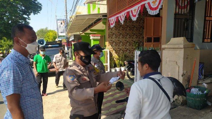 Sambil Patroli, Anggota Polsek Bae Kudus Bagikan Masker Gratis ke Warga