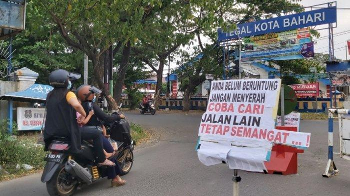 'Coba Cari Jalan Lain, Tetap Semangat! . .', Poster Lucu di Penutupan Jalan PPKM Darurat di Tegal