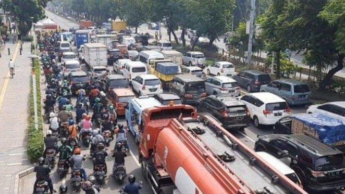 Macet Parah, Pengendara Cekcok dengan Petugas, Kacaunya Pelaksanaan PPKM Darurat di Jakarta